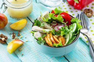 Abnehmen mit leckerem Pfirsich-Walnuss-Salat