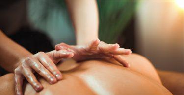 Rücken richtig massieren: Was bringt eine Rückenmassage?