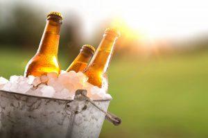Wie öffne ich eine Bierflasche, wenn kein Flaschenöffner in der Nähe ist?