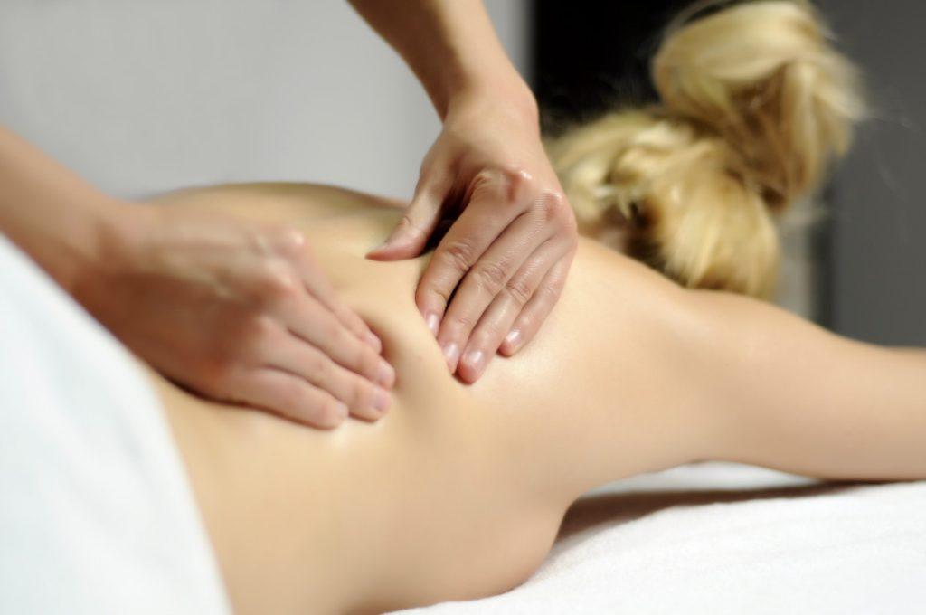 Wie führe ich eine entspannende Rückenmassage richtig durch?