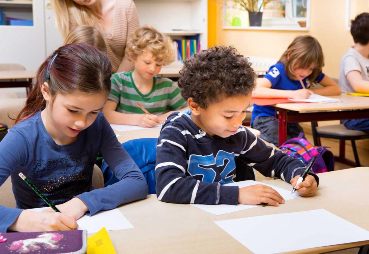 Erste Woche in der Grundschule: beim Schreiben lernen unterstützen