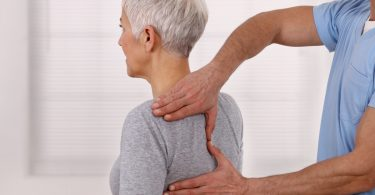 Was tun bei Schmerzen im oberen Rücken?