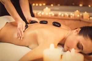 Entspannt und locker mit Hot-Stone-Massage