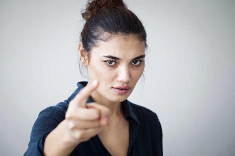 Durch Warnungen und Drohungen Gespräche ungewollt beenden