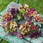 Herbstdeko: Gestalten Sie einen Kranz mit Blumen, Früchten und Beeren