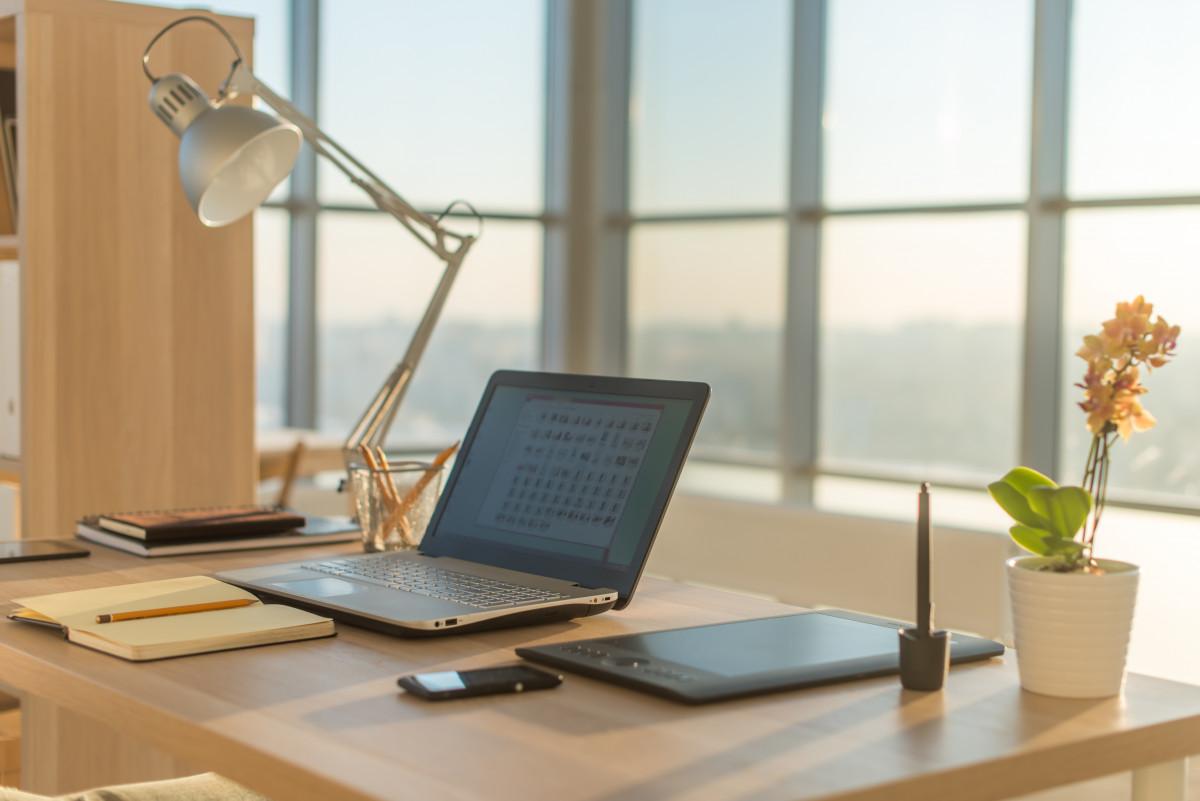 So schaffen Sie Ordnung auf dem Schreibtisch
