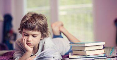 Kinder lesen: So wecken Sie bei Jungen die Leselust