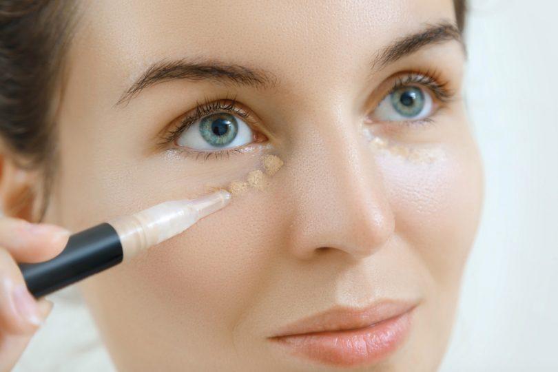 Concealer richtig gegen Augenringe anwenden