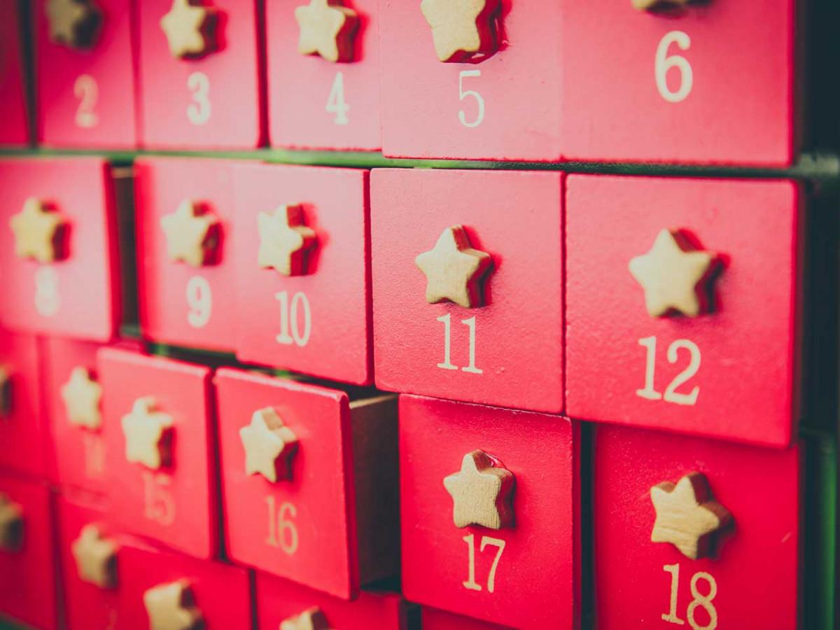 Adventskalender basteln: Keilrahmen weihnachtlich dekorieren