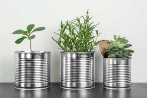 Originelle Tischdeko: Hübsche Vasen aus Konservendosen als Blumendeko