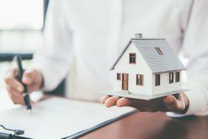 Eine Wohngebäudeversicherung ist im Herbst besonders wertvoll für Sie