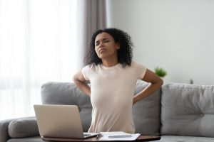 Hilft aufrechtes Sitzen gegen Rückenschmerzen?
