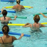 5 Übungen für die Aufwärmarbeit bei Aqua Fitness
