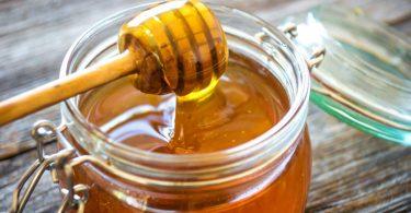 Heiße Adventsgetränke selbst machen: Honigwein mit Gewürzen
