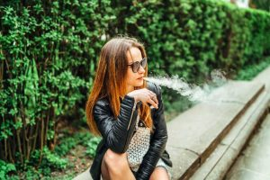Raucherinnen schaden ihrem Herzen mehr