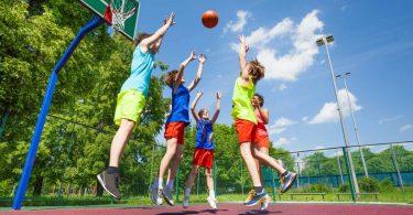 So bringen Sie die Jungs mit Basketball in Schwung
