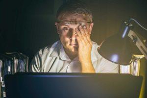 Licht vom Bildschirm verschiebt den Schlaf-Wach-Rhythmus - schützen Sie sich