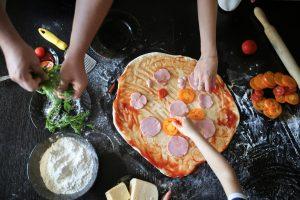 So können Kinder beim Pizza backen helfen!
