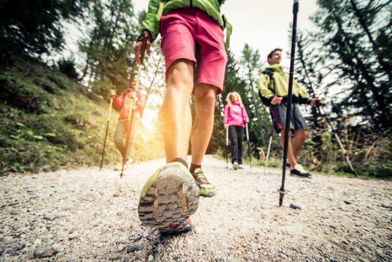 Wandern mit Wanderstöcken: Beachten Sie die Vor- und Nachteile