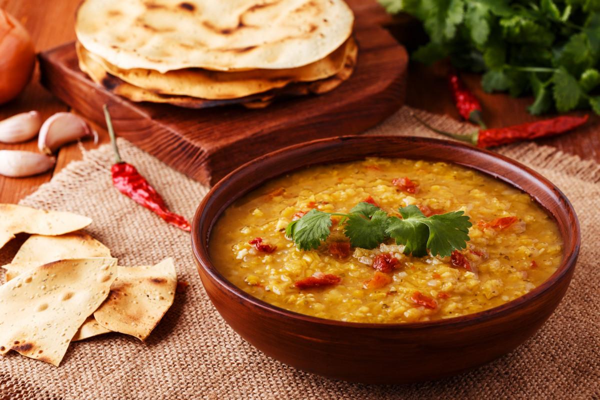 Rezepte zur Fastenzeit: Indische Linsensuppe mit Naan-Brot