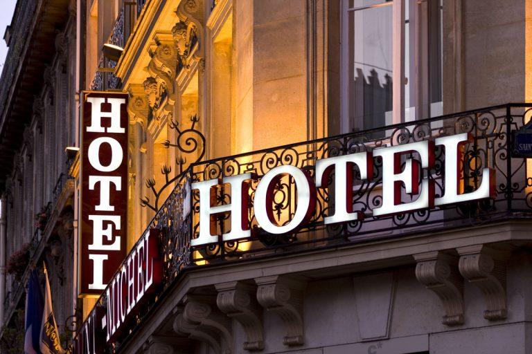 Hotel buchen auf Französisch: Sprachtipps zum Telefonieren