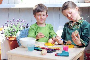 Ostereier bemalen: Drei leichte Techniken für Kinder
