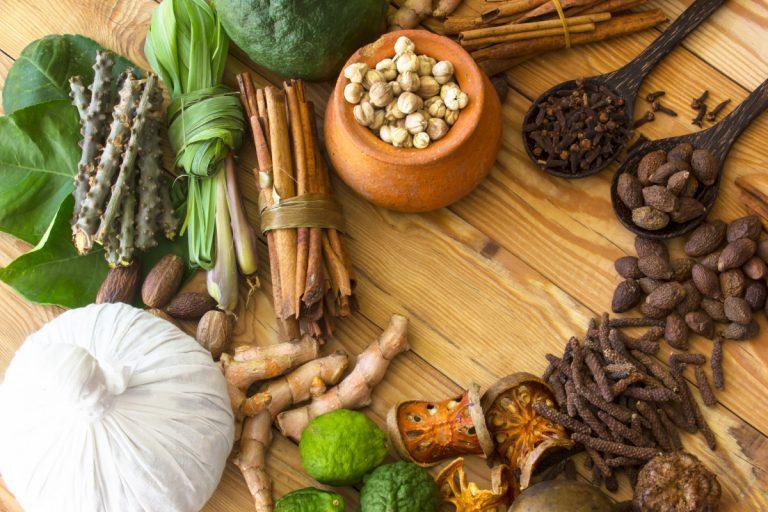 Leichte ayurvedische Küche: Rezept für Zimthuhn mit Birnen-Chutney