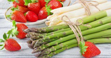 Aphrodisierende Küche: Rezept für Spargelsalat mit Erdbeeren