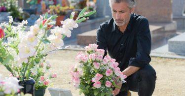 Hilfe finden, wenn ein geliebter Mensch gestorben ist