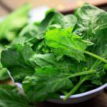 Leichte Ayurvedische Küche: Rezept für Blattgemüse mit Datteln als Vorspeise