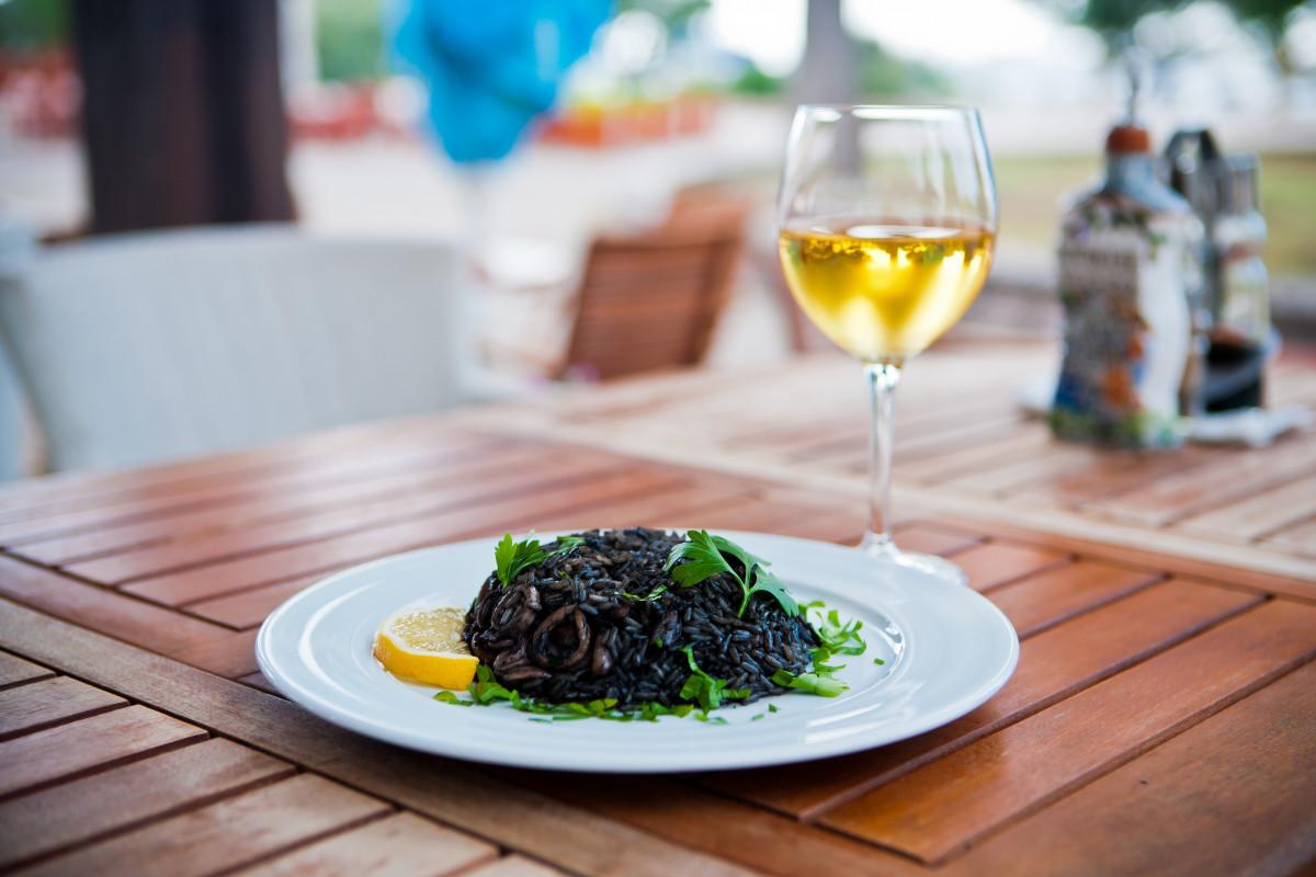 Mediterrane Küche: Rezept für schwarzes Risotto - experto.de