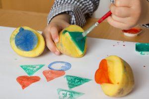 Kartoffeldruck: Spaßige Kinderbeschäftigung