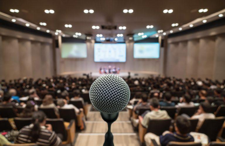 Mimik und Gestik in einer Rede: Vermeiden Sie die häufigsten Fehler!