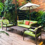 Deko aus Holz: Schmücken Sie Balkon oder Terrasse