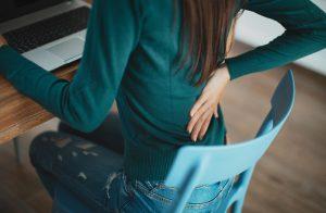 Rückenschmerzen: Vielleicht sind die Zähne schuld