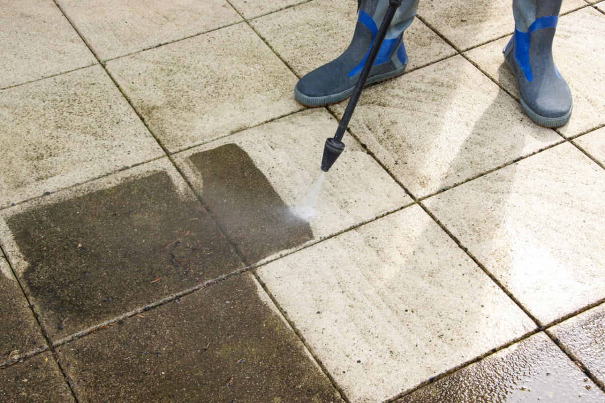 Steinplatten reinigen: So entfernen Sie effektiv Flecken und Moos
