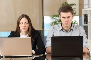 Streit mit Kollegen: Nehmen Sie einen Schlichter zu Hilfe!
