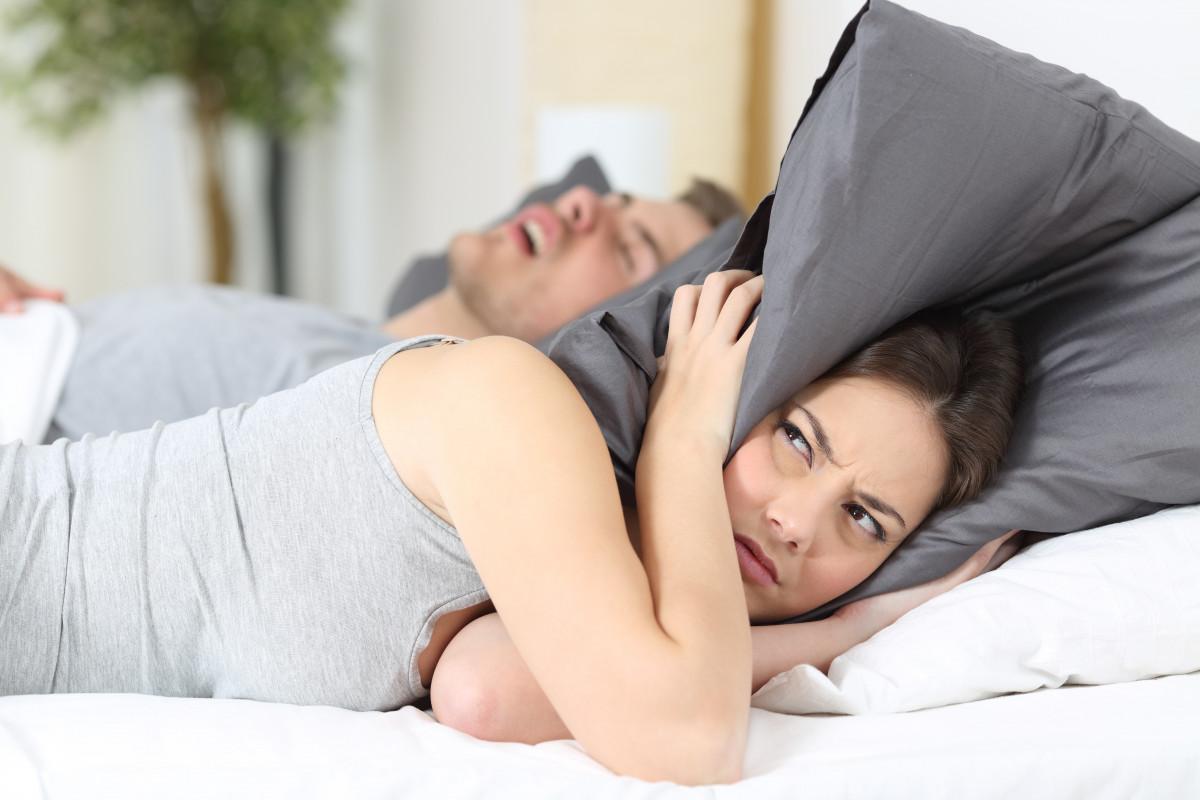 Schnarchen – was hilft gegen die lästigen Schnarchgeräusche?