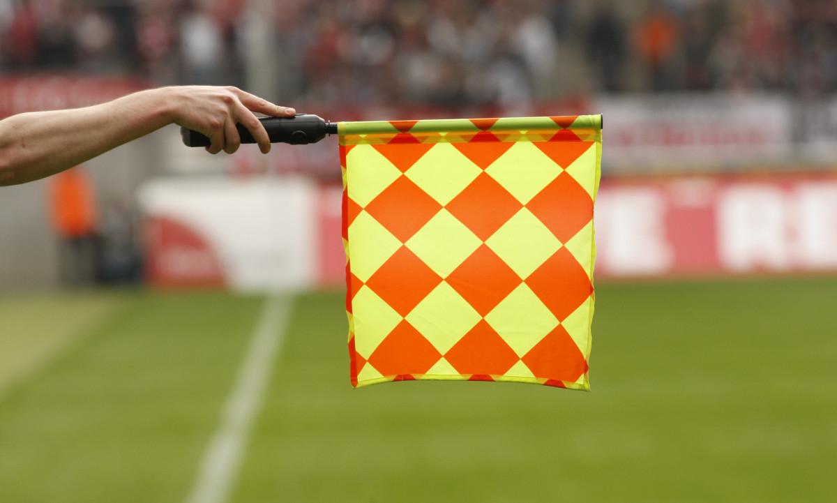 So glänzen Sie beim nächsten Smalltalk über Fußball: Die Abseitsregel