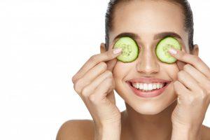 Die größten Irrtümer: Gurkenscheiben glätten die Augenpartie