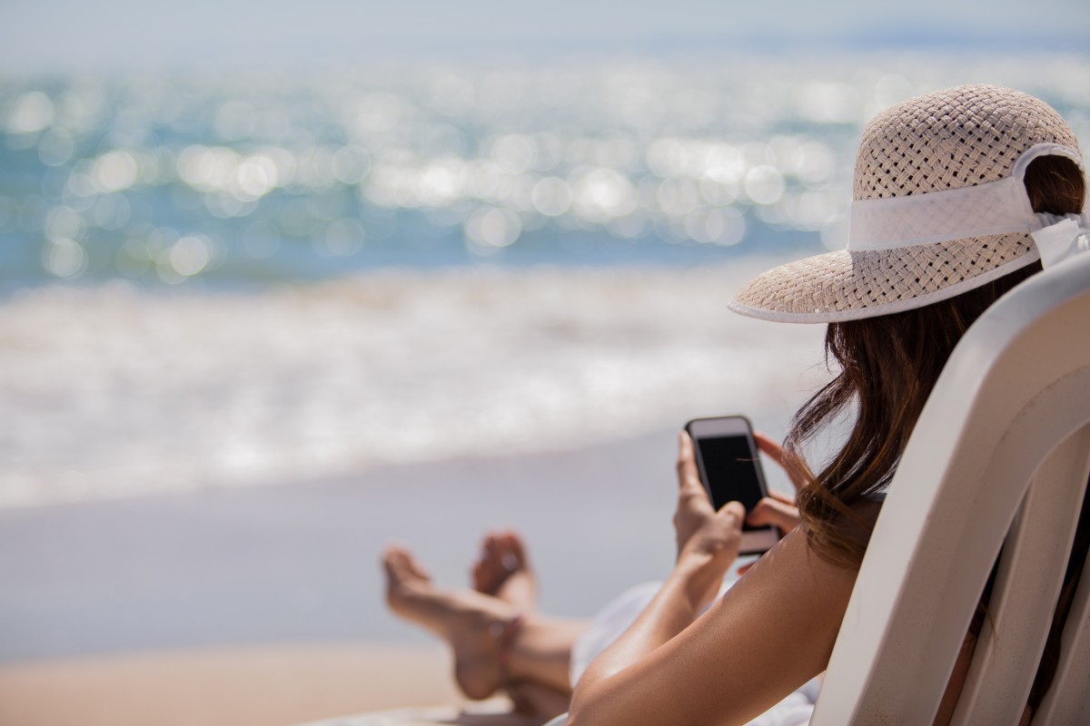 Sommer, Sonne, Urlaub – defektes Android- oder iPhone-Smartphone