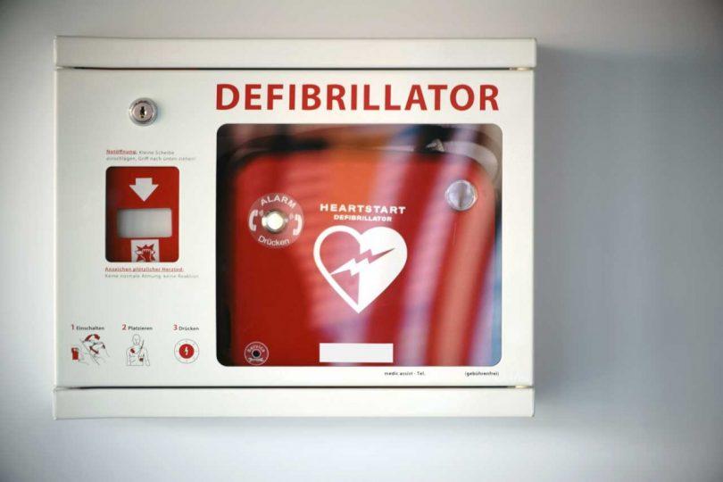 So benutzt man einen Defibrillator