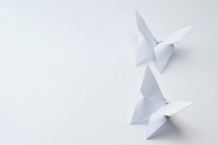 Basteln im Urlaub: Schmetterlinge aus Papier falten