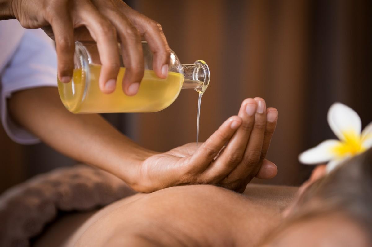 So können Sie Ihr Massageöl selbst herstellen
