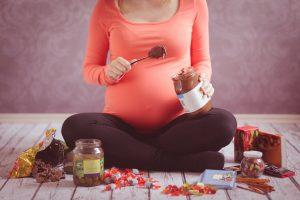 Wie Sie in der Schwangerschaft mit Heißhunger umgehen