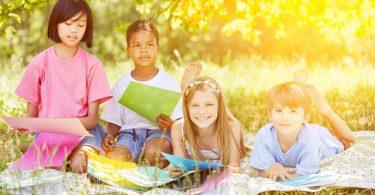 Basteln im Sommer: Windrad aus Papier falten und als Blume gestalten