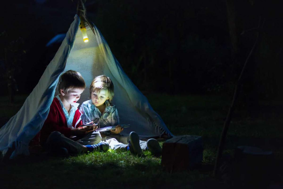 Nachtwanderung mit Knicklichtern
