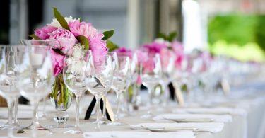 Tischdekoration für 50 Gäste gestalten