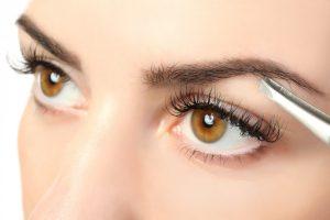 So zupfen Sie Ihre Augenbrauen richtig - Tipps für die Pflege der Brauen