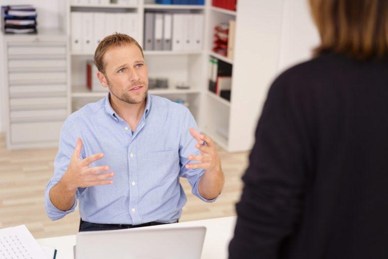 So führen Sie ein konstruktives Kritikgespräch mit Ihren Mitarbeitern
